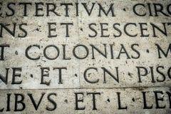 Λατινική επιγραφή στον εξωτερικό τοίχο του τοίχου Ara Pacis στη Ρώμη, Ιταλία Στοκ Εικόνες