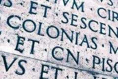 Λατινική επιγραφή στον εξωτερικό τοίχο του τοίχου Ara Pacis στη Ρώμη, Ιταλία Στοκ φωτογραφία με δικαίωμα ελεύθερης χρήσης
