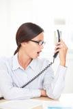 Λατινικός επαγγελματικός υπάλληλος που κραυγάζει στο τηλέφωνο Στοκ φωτογραφίες με δικαίωμα ελεύθερης χρήσης