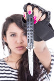 Λατινικό κορίτσι με τα ρόδινα καρφιά που κρατά ένα μαχαίρι Στοκ φωτογραφία με δικαίωμα ελεύθερης χρήσης