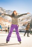 Λατινικό πατινάζ πάγου κοριτσιών υπαίθριο στην αίθουσα παγοδρομίας Υγιής τρόπος ζωής Στοκ εικόνες με δικαίωμα ελεύθερης χρήσης