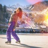 Λατινικό πατινάζ πάγου κοριτσιών υπαίθριο στην αίθουσα παγοδρομίας Υγιής τρόπος ζωής Στοκ Φωτογραφίες