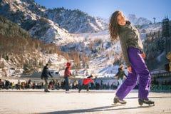Λατινικό πατινάζ πάγου κοριτσιών υπαίθριο στην αίθουσα παγοδρομίας Υγιής τρόπος ζωής Στοκ Φωτογραφία