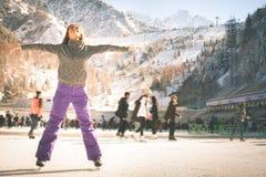 Λατινικό πατινάζ πάγου κοριτσιών υπαίθριο στην αίθουσα παγοδρομίας Υγιής τρόπος ζωής Στοκ φωτογραφία με δικαίωμα ελεύθερης χρήσης