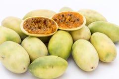 Λατινοαμερικάνικα φρούτα αποκαλούμενα μπανάνα passionfruit (lat Passiflora tripartita) (στο ισπανικό συνήθως tumbo, curuba, taxo Στοκ εικόνες με δικαίωμα ελεύθερης χρήσης