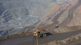 Λατομείο με το μετάλλευμα Συσκευές εργασιών Εκσκαφείς και BelAZ Στο πλαίσιο, περάσματα BelAZ, που γεμίζουν με το μετάλλευμα απόθεμα βίντεο