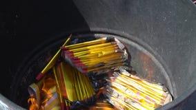 Λατρεία προγόνων στο κινεζικό νέο έτος και τον καίγοντας χρυσό εγγράφου φιλμ μικρού μήκους
