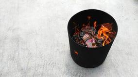 Λατρεία προγόνων στο κινεζικό νέο έτος και τον καίγοντας χρυσό εγγράφου στοκ φωτογραφία