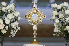 Λατρεία Ostensorial στην καθολική εκκλησία στοκ φωτογραφία με δικαίωμα ελεύθερης χρήσης