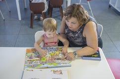 Λατρευτά 2 έτη αγοριών που ανακαλύπτουν τις υπερεμφανιζόμενες ιστορίες βιβλίων με τα Η.Ε του στοκ εικόνα με δικαίωμα ελεύθερης χρήσης