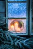 Λατρευτά καίγοντας κεριά για τα Χριστούγεννα στο παγωμένο παράθυρο Στοκ φωτογραφίες με δικαίωμα ελεύθερης χρήσης