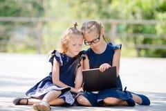 Λατρευτά κορίτσια λίγων σχολείων υπαίθρια στη θερμή ημέρα Σεπτεμβρίου πίσω σχολείο Στοκ εικόνες με δικαίωμα ελεύθερης χρήσης