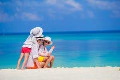 Λατρευτά μικρά κορίτσια και νέα μητέρα σε τροπικό Στοκ φωτογραφία με δικαίωμα ελεύθερης χρήσης