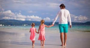 Λατρευτά μικρά κορίτσια και νέος πατέρας σε τροπικό Στοκ εικόνα με δικαίωμα ελεύθερης χρήσης