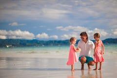 Λατρευτά μικρά κορίτσια και νέος πατέρας σε τροπικό Στοκ Φωτογραφία