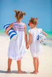 Λατρευτά μικρά κορίτσια με τις πετσέτες στην τροπική παραλία Στοκ φωτογραφία με δικαίωμα ελεύθερης χρήσης