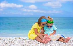 Λατρευτά μικρά κορίτσια με το χάρτη του νησιού επάνω Στοκ εικόνες με δικαίωμα ελεύθερης χρήσης
