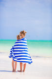 Λατρευτά μικρά κορίτσια που τυλίγονται στην πετσέτα στην τροπική παραλία Στοκ φωτογραφία με δικαίωμα ελεύθερης χρήσης