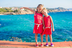 Λατρευτά μικρά κορίτσια στην τροπική παραλία κατά τη διάρκεια των θερινών διακοπών Στοκ εικόνες με δικαίωμα ελεύθερης χρήσης