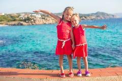 Λατρευτά μικρά κορίτσια στην τροπική παραλία κατά τη διάρκεια Στοκ φωτογραφίες με δικαίωμα ελεύθερης χρήσης
