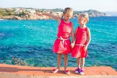 Λατρευτά μικρά κορίτσια στην τροπική παραλία κατά τη διάρκεια Στοκ φωτογραφία με δικαίωμα ελεύθερης χρήσης