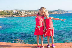 Λατρευτά μικρά κορίτσια στην τροπική παραλία κατά τη διάρκεια Στοκ Εικόνα