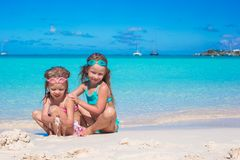 Λατρευτά μικρά κορίτσια στο μαγιό και γυαλιά για Στοκ Εικόνες