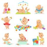 Λατρευτά μωρά κινούμενων σχεδίων Girly που παίζουν με τα γεμισμένες παιχνίδια και τις σειρές εργαλείων ανάπτυξης χαριτωμένων ευτυ Στοκ εικόνα με δικαίωμα ελεύθερης χρήσης