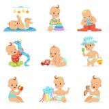 Λατρευτά μωρά κινούμενων σχεδίων Girly που παίζουν με το γεμισμένο σύνολο παιχνιδιών και εργαλείων ανάπτυξης χαριτωμένων ευτυχών  ελεύθερη απεικόνιση δικαιώματος