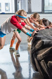 Λατρευτά παιδιά sportswear στην κατάρτιση με τη ρόδα στο στούντιο ικανότητας στοκ φωτογραφίες