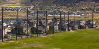 Λατρευτά σπίτια κοντά σε ένα βουνό και ένα γήπεδο του γκολφ στοκ φωτογραφία