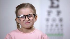 Λατρευτά eyeglasses ρύθμισης χαμόγελου κοριτσιών, επιτυχής επεξεργασία οράματος απόθεμα βίντεο