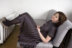 λατρευτές νεολαίες γυναικών φορεμάτων γκρίζες σκεπτικές Στοκ Φωτογραφίες