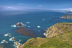 Λατρευτή άποψη ακτή σε μεγάλο Sur, Καλιφόρνια, Ηνωμένες Πολιτείες Στοκ εικόνες με δικαίωμα ελεύθερης χρήσης