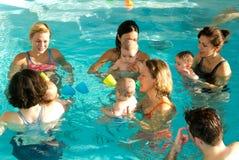 Λατρευτή απόλαυση μωρών που κολυμπά σε μια λίμνη με τη μητέρα του Στοκ Εικόνα