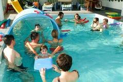 Λατρευτή απόλαυση μωρών που κολυμπά σε μια λίμνη με τη μητέρα του Στοκ Φωτογραφίες