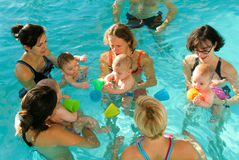Λατρευτή απόλαυση μωρών που κολυμπά σε μια λίμνη με τη μητέρα του Στοκ φωτογραφία με δικαίωμα ελεύθερης χρήσης