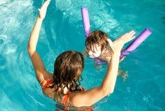 Λατρευτή απόλαυση μωρών που κολυμπά σε μια λίμνη με τη μητέρα του Στοκ Εικόνες