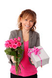 Λατρευτή γυναίκα που κρατά τα ρόδινα τριαντάφυλλα με ένα δώρο Στοκ Εικόνες