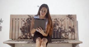 Λατρευτή επιχειρησιακή γυναίκα που εργάζεται στην ταμπλέτα απόθεμα βίντεο