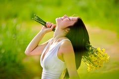 Λατρευτή ευτυχής θερινή γυναίκα Στοκ φωτογραφία με δικαίωμα ελεύθερης χρήσης