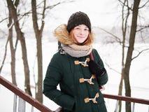 Λατρευτή ευτυχής νέα redhead γυναίκα στο πράσινο καπέλο ζακετών που έχει τη διασκέδαση στο χιονώδες χειμερινό πάρκο Στοκ φωτογραφίες με δικαίωμα ελεύθερης χρήσης