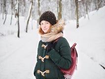 Λατρευτή ευτυχής νέα redhead γυναίκα στο πράσινο καπέλο ζακετών που έχει τη διασκέδαση στο χιονώδες χειμερινό πάρκο Στοκ φωτογραφία με δικαίωμα ελεύθερης χρήσης