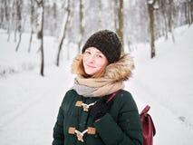 Λατρευτή ευτυχής νέα redhead γυναίκα στο πράσινο καπέλο ζακετών που έχει τη διασκέδαση στο χιονώδες χειμερινό πάρκο Στοκ εικόνες με δικαίωμα ελεύθερης χρήσης