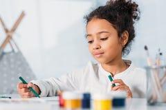 λατρευτή ζωγραφική παιδιών αφροαμερικάνων με τις αισθητές μάνδρες Στοκ Εικόνες