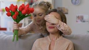 Λατρευτή κόρη που δίνει την ανθοδέσμη στο mom, που συγχαίρει στην ημέρα μητέρων, ευγνωμοσύνη απόθεμα βίντεο