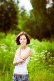 Λατρευτή νέα γυναίκα στο θερινό δάσος, τομέας Στοκ Φωτογραφία