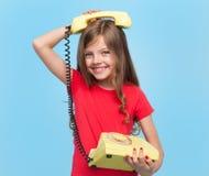 Λατρευτή τοποθέτηση κοριτσιών με το αναδρομικό τηλέφωνο Στοκ Φωτογραφίες