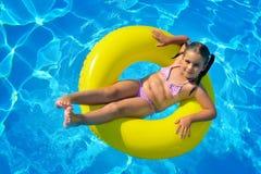 Λατρευτή χαλάρωση μικρών παιδιών στην πισίνα Στοκ φωτογραφία με δικαίωμα ελεύθερης χρήσης