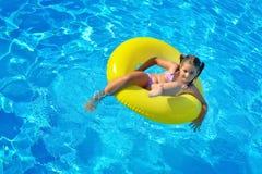 Λατρευτή χαλάρωση μικρών παιδιών στην πισίνα Στοκ φωτογραφίες με δικαίωμα ελεύθερης χρήσης